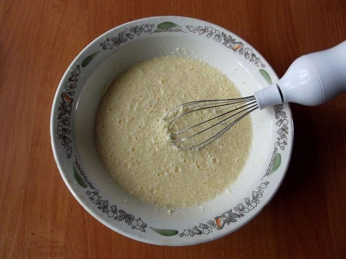 добавляем в тесто яйца
