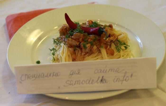 спагетти с тунцом на тарелке фото