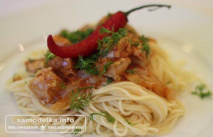 спагетти с тунцом и перцем на тарелке