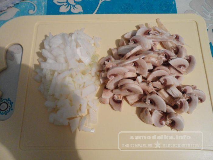 порезанный лук и шампиньоны