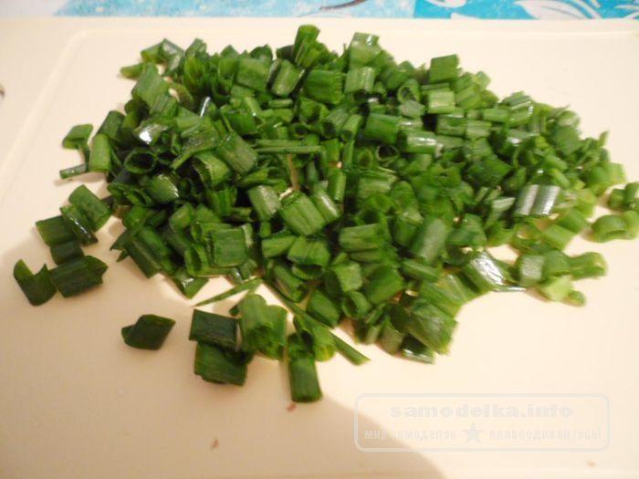нарезанный зеленый лук для грибного супа