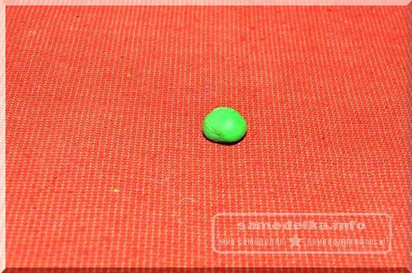 зеленый шарик из полимерной глины