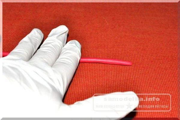 раскатываем полимерную глину красного цвета