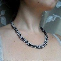 ожерелье на шее