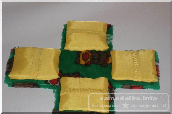 Приклеиваем подушечки к общей заготовке шкатулки для рукоделия