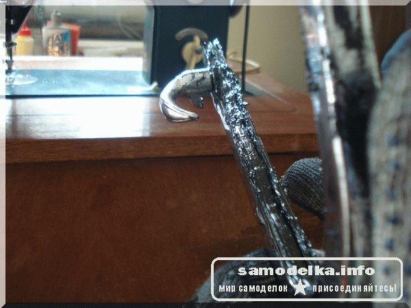 Укладка герметика на обойму форточки