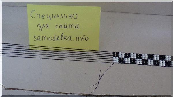 Привязывание новой нити для плетения браслета из бисера на станке