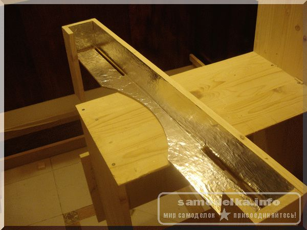 Устройство светоотражателя на деревянном карнизе