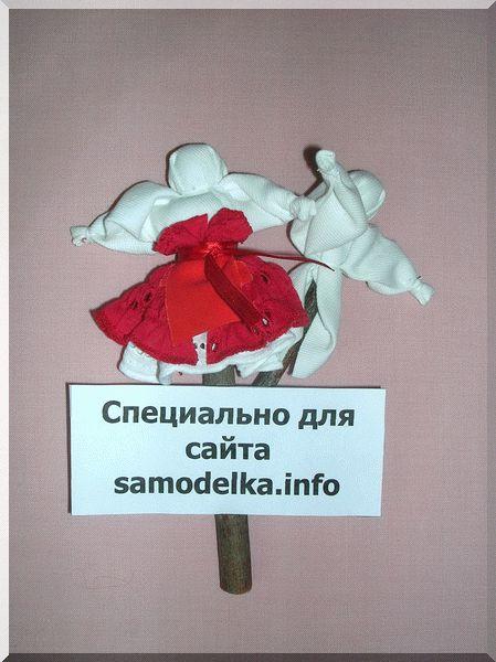 Наматываем пояс на талию куклы свадебной