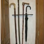 Самодельная полочка для зонтов и тростей из дерева