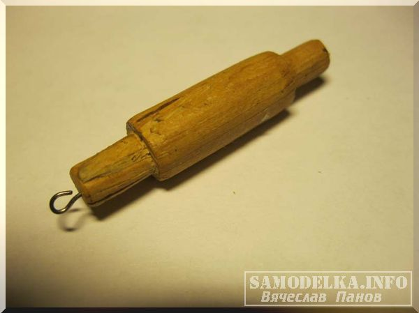 Самодельная миниатюрная скалка из бересты