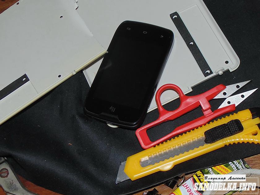 Отмечаем на пластике размеры телефона