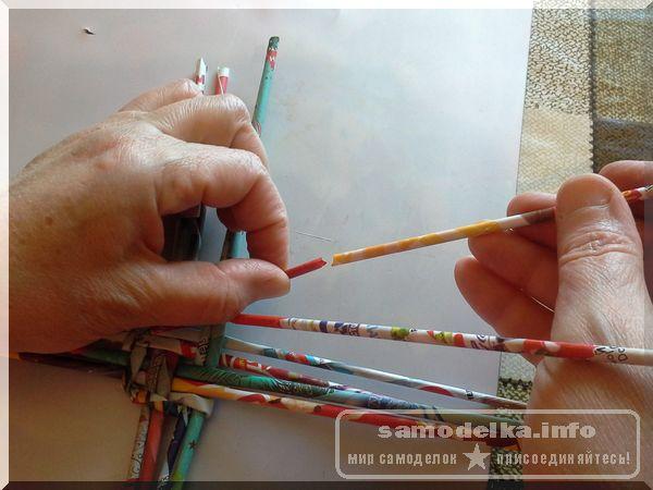 доращиваем длину газетной трубочки при плетении корзины своими руками
