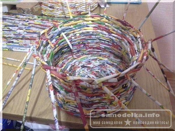 загибка газетных трубочек при плетении корзинки своими руками