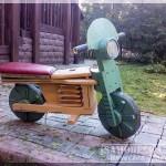 Самодельный игрушечный мотоцикл для ребенка из дерева