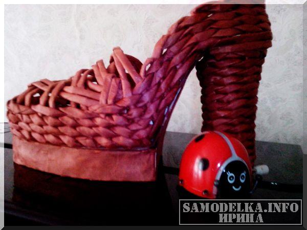 предмет декора - туфелька из газетных трубочек