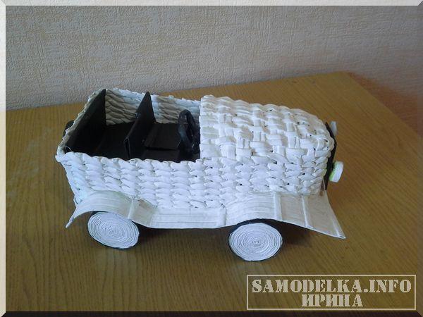 плетение ретро автомобиля из газетных трубочек