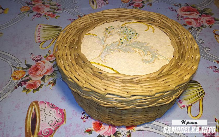 процесс плетения шкатулки из газетных трубочек